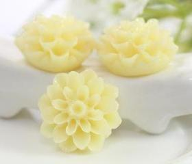 Cream Dahlia / Mums Flower Resin Cabochons 6pc